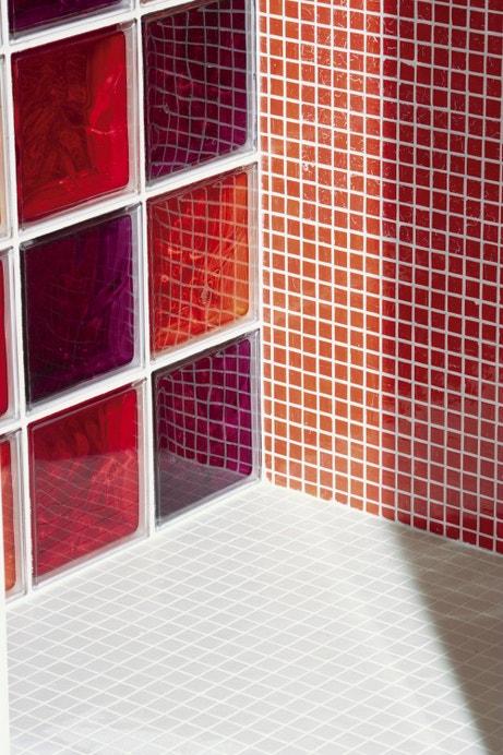 Briques de verre et mosaïque dans la salle de bains