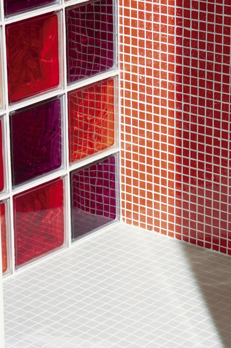 Briques de verre et mosa que dans la salle de bains for Verre de salle de bain