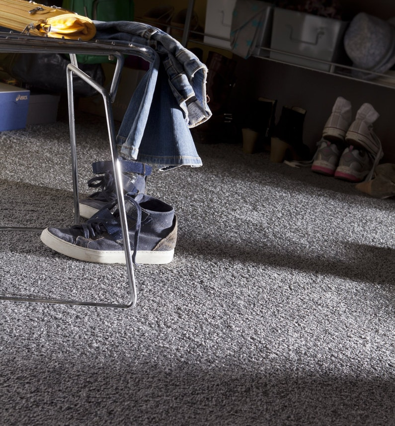 moquette grise dans une chambre d 39 ado leroy merlin. Black Bedroom Furniture Sets. Home Design Ideas