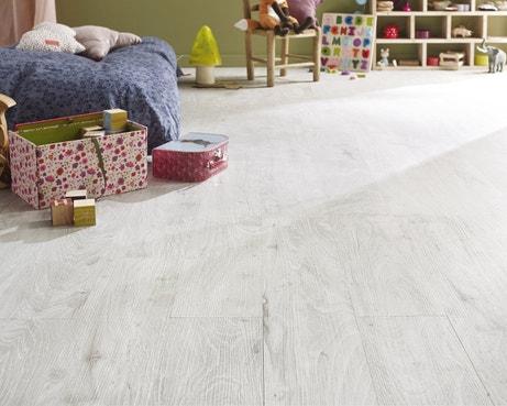 Des lames de PVC effet bois blanchi à clipser pour rénover vos sols