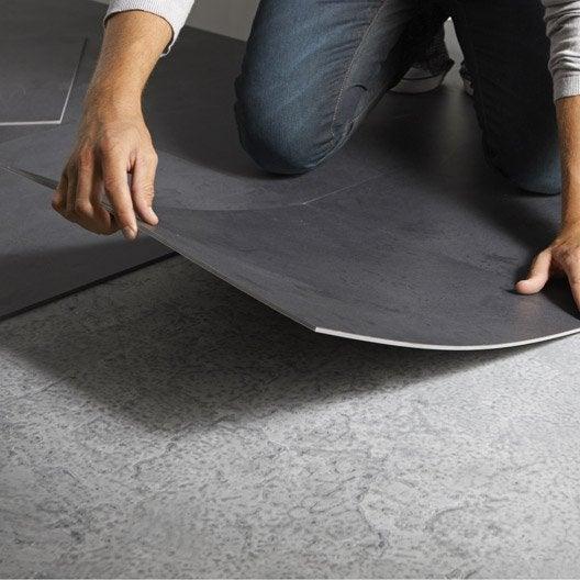 comment r ussir la pose des dalles pvc auto adh sives leroy merlin. Black Bedroom Furniture Sets. Home Design Ideas