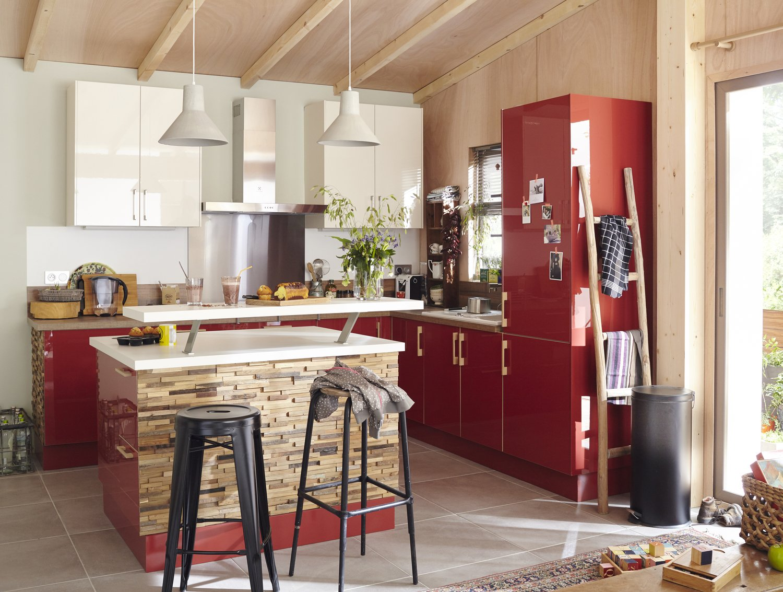 une cuisine en rouge et bois sur l'ilot central | leroy merlin