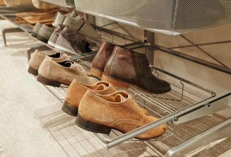 Des chaussures bien rangées dans le dressing Elfa