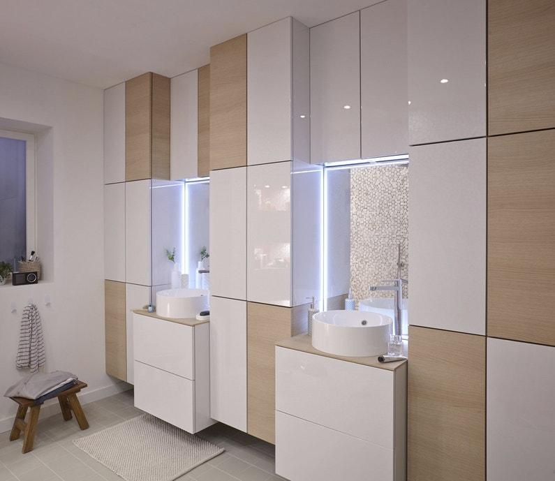 Deux vasques et nombreux rangements dans une salle de - Salle de bains blanche ...