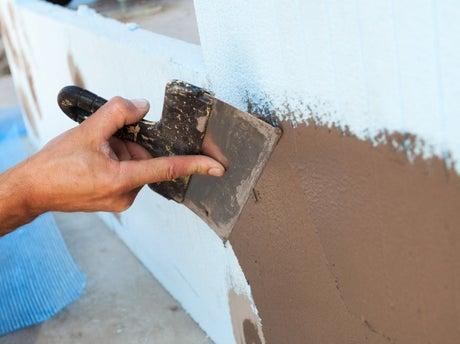 comment ragréer un mur extérieur ? | leroy merlin - Peindre Un Mur Exterieur En Parpaing