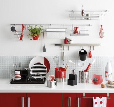 Des rangements d'ustensile malins dans une petite cuisine contemporaine rouge