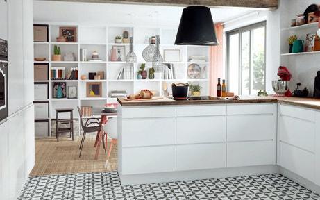 Une cuisine blanche avec des carreaux de ciment