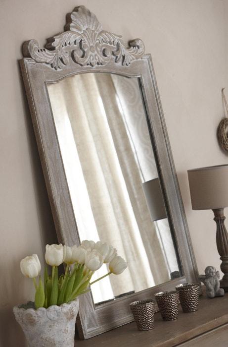 Un miroir en bois blanchi