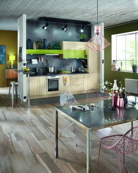 Des grands carreaux couleur fonte pour les murs et sol de la cuisine