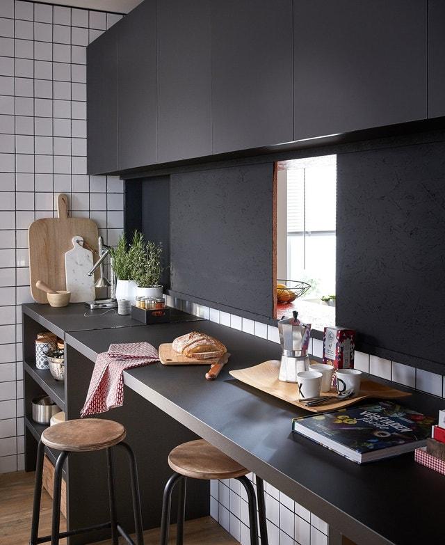 Une cuisine avec un passe plats leroy merlin for Cuisine avec passe plat