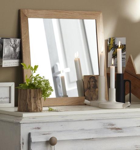 Un miroir au contour bois, à accrocher ou à poser.