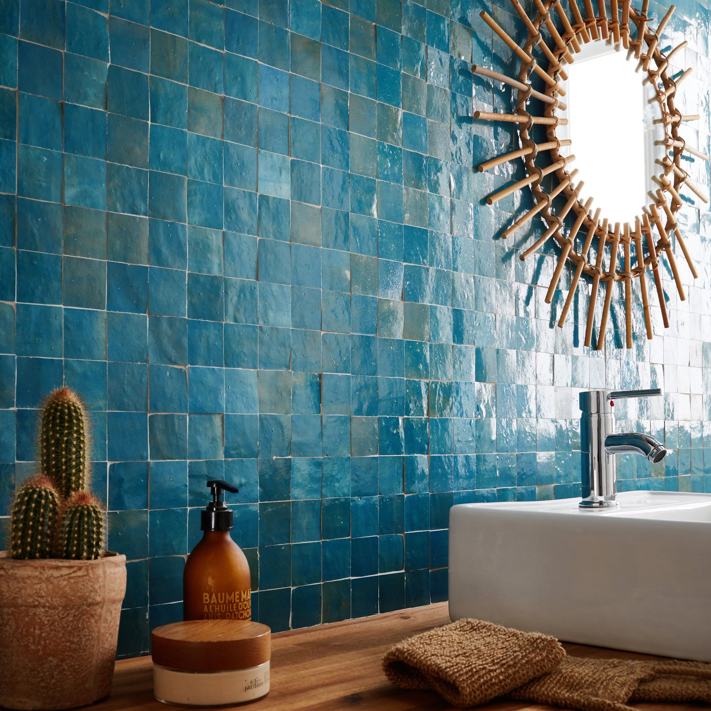 Une Mosaique Bleu Paon Pour Une Superbe Salle De Bains Leroy Merlin