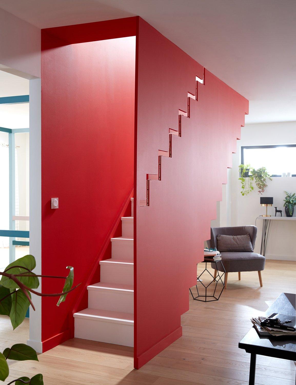 Le mur de la cage d\'escalier est également peint en rouge ...
