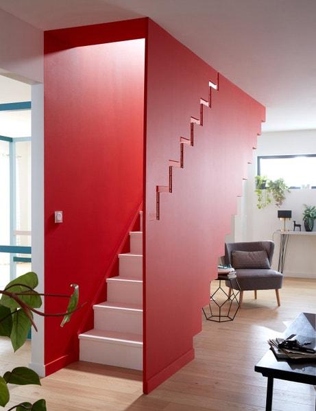 Le mur de la cage d'escalier est également peint en rouge pour renforcer l'effet caisson