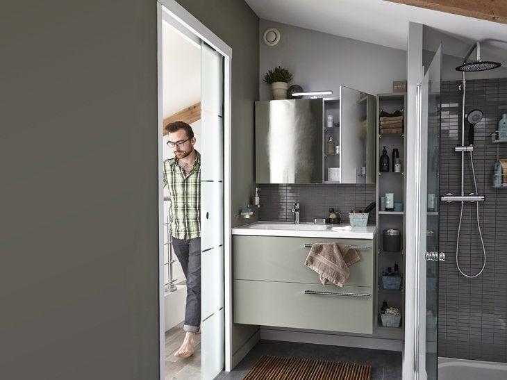 Votre salle de bains sous les combles leroy merlin - Baignoire sous pente de toit ...