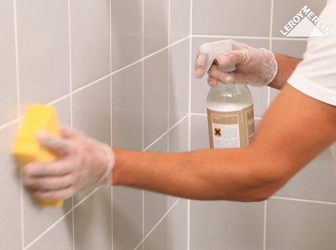 Nettoyez Soigneusement Votre Carrelage Mural Avec Un Nettoyant Ménager.  Éliminez Les éventuelles Traces De Calcaire Au Vinaigre Blanc.