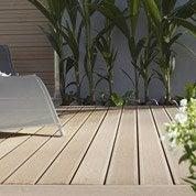 Pose d'une terrasse en bois ou composite, à partir de 35 m² par Leroy Merlin
