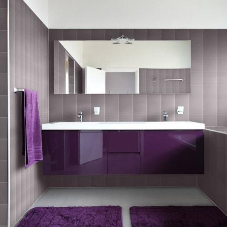 De la résine colorée prune pour habiller vos murs de salle de bains