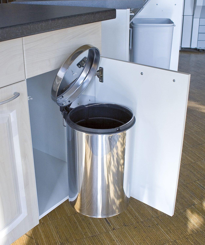 une poubelle chrom de porte dans la cuisine leroy merlin. Black Bedroom Furniture Sets. Home Design Ideas