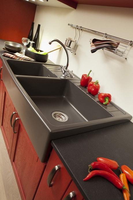 Evier et plan de travail noir dans une cuisine rouge rubis