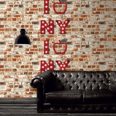 Un papier peint trompe l'oeil avec une enseigne New York pour donner un style Brooklyn au salon