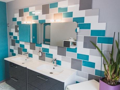 Un carrelage blanc gris bleu mural pour la salle de bain