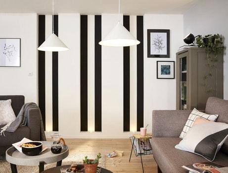 De la peinture noire et blanche sur le mur pour donner de la hauteur à la pièce