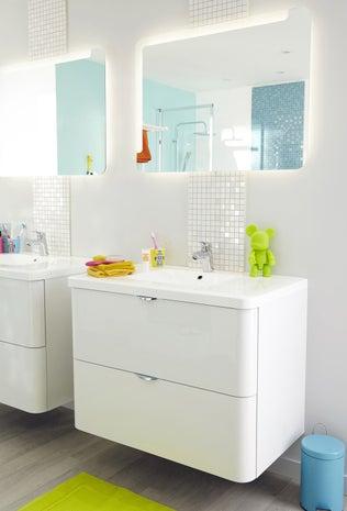 Une grande douche l 39 italienne avec des touches de orange for Salle de bain rectangulaire 9m2