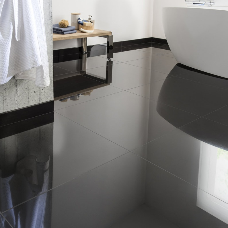Un carrelage noir effet miroir pour une salle de bain - Carrelage noir brillant salle de bain ...