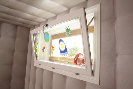 Une fenêtre en PVC blanche abattant décorée avec des stickers enfants