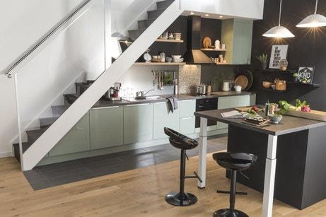 Un gain de place avec une cuisine sous l'escalier