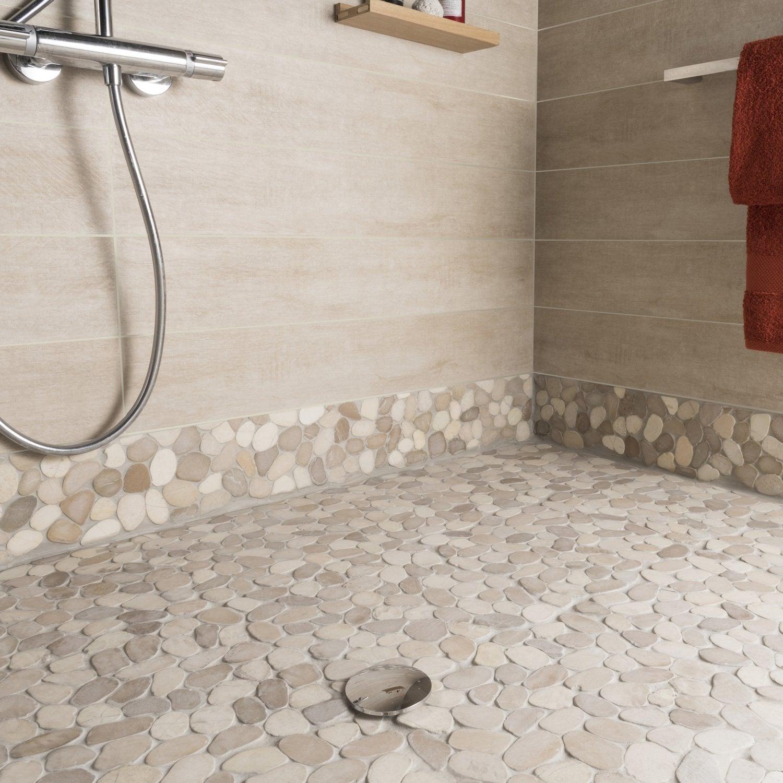 Un sol de carrelage beige imitation galet pour la douche dans la ...