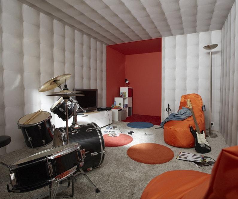 Une salle de répétition de musique bien isolée acoustiquement et colorée