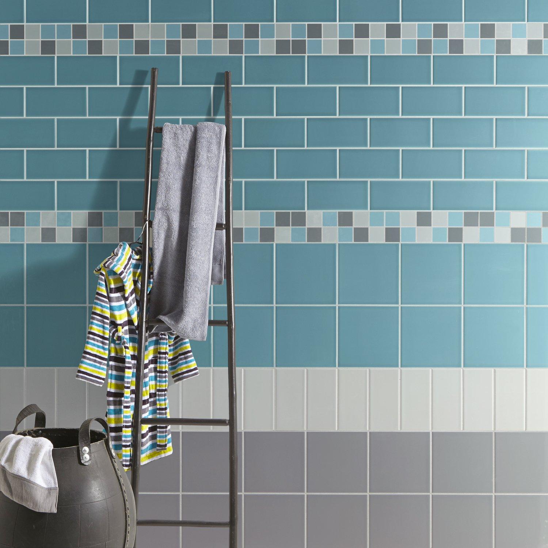 Un air de piscine dans la salle de bains avec du carrelage bleu et ...