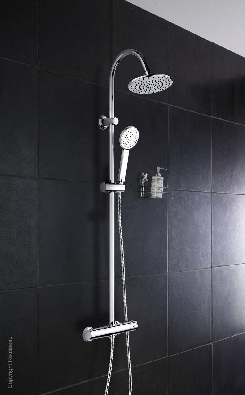 une colonne de douche moderne sur un carrelage grand. Black Bedroom Furniture Sets. Home Design Ideas
