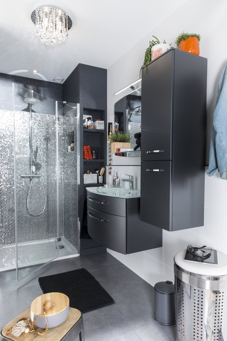 Salle de bains grise aux effets métallisés