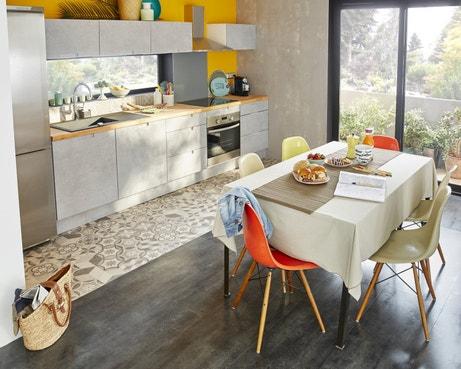 Des carreaux de ciment et un sol stratifié dans la cuisine