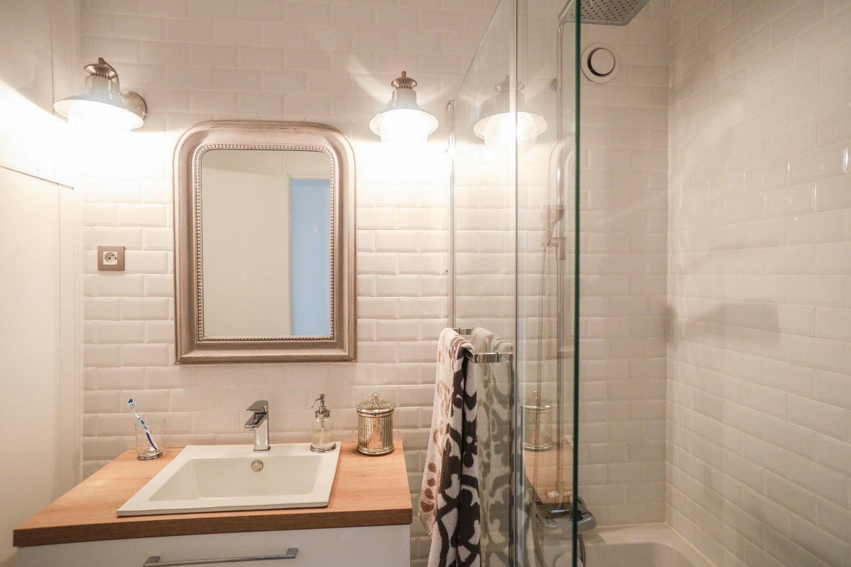 Une salle de bains avec carreaux métro au style romantique ...