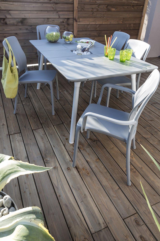 Un salon de jardin gris en r sine leroy merlin - Comment nettoyer un salon de jardin en resine ...