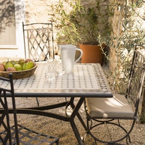 Une table et des chaises de jardin en métal