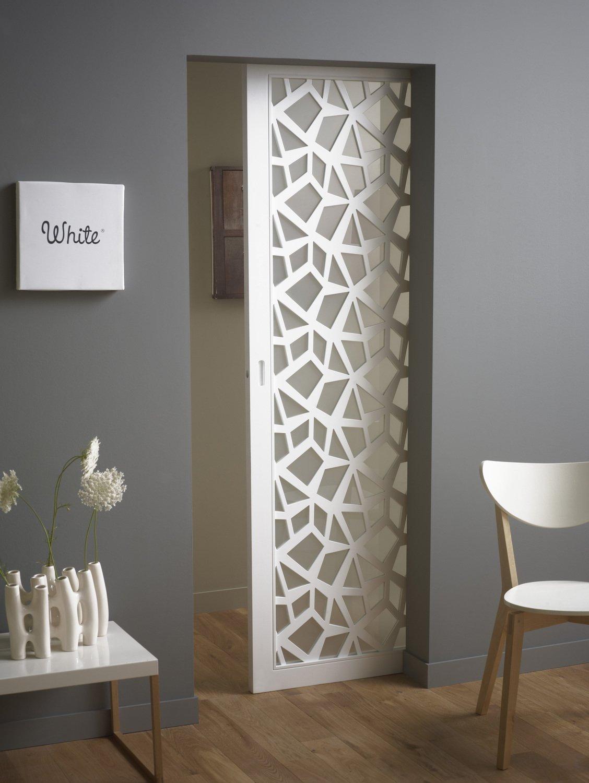 une porte coulissante motifs qui laisse passer la lumi re leroy merlin. Black Bedroom Furniture Sets. Home Design Ideas