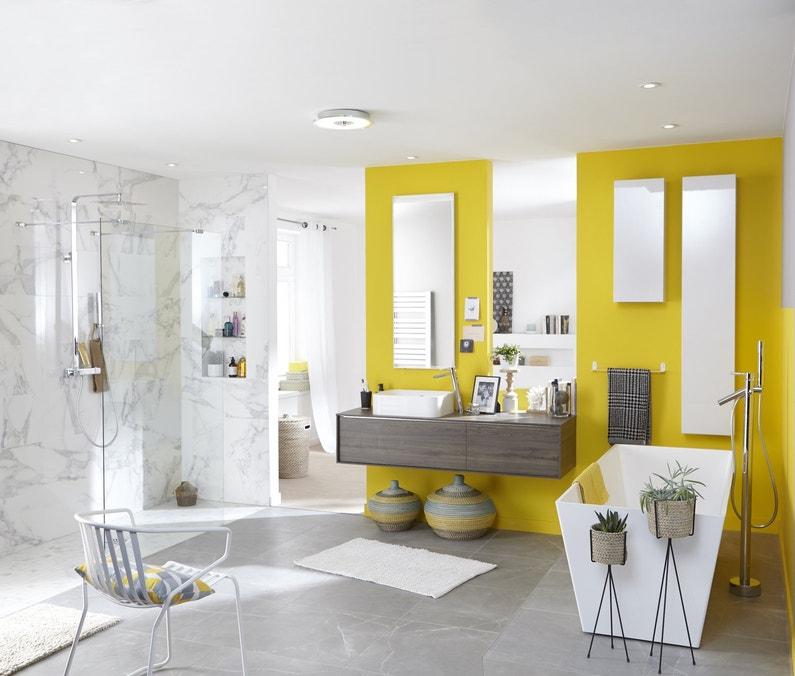 un salle de bains design avec des s che serviettes. Black Bedroom Furniture Sets. Home Design Ideas