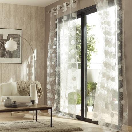 Des voilages avec des formes géométriques pour habiller les fenêtres