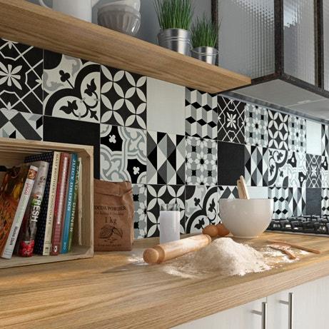 Une crédence aux carreaux de ciment noirs et blancs