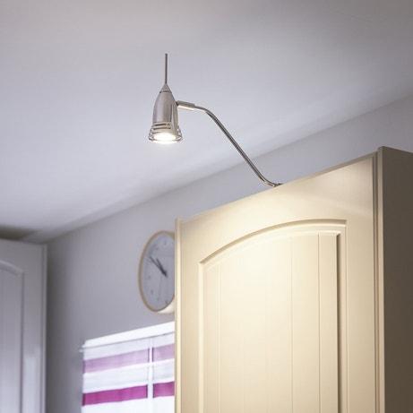 Un spot au-dessus du meuble de cuisine