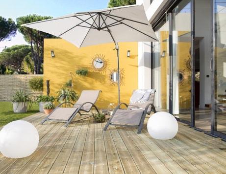 Une terrasse au soleil faite de planches en bois