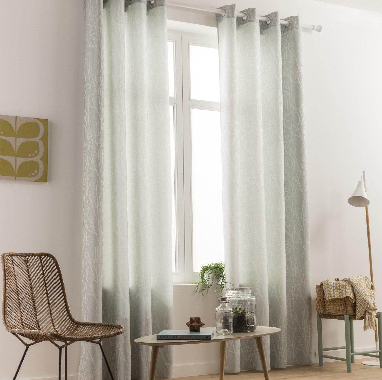 Des rideaux aux tons bleu clair dans un salon au style scandinave ...