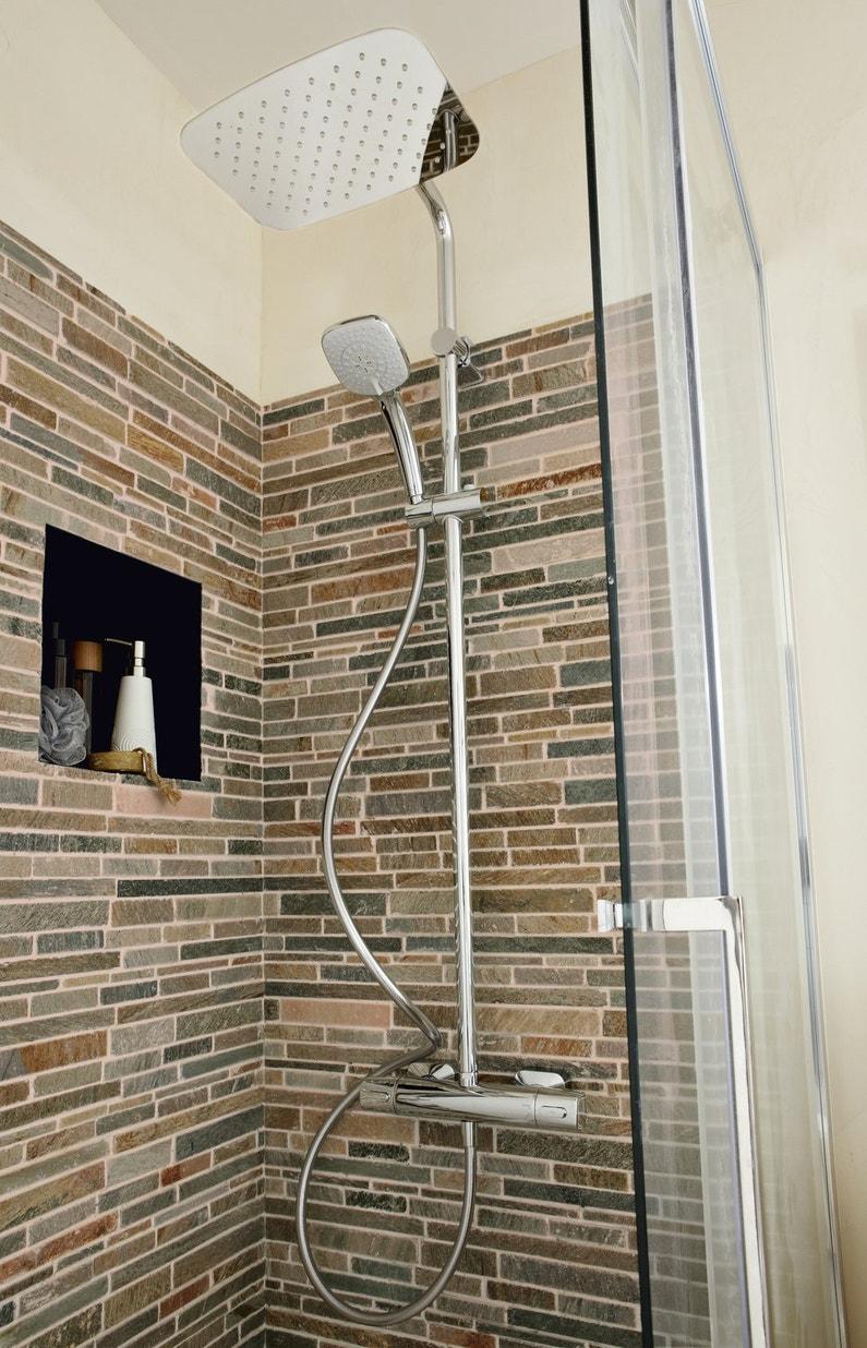 La colonne de douche est mise en valeur avec le carrelage for Carrelage effet brique