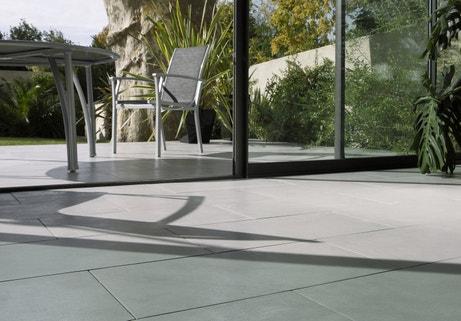 Du carrelage gris clair effet béton pour une impression dedans dehors