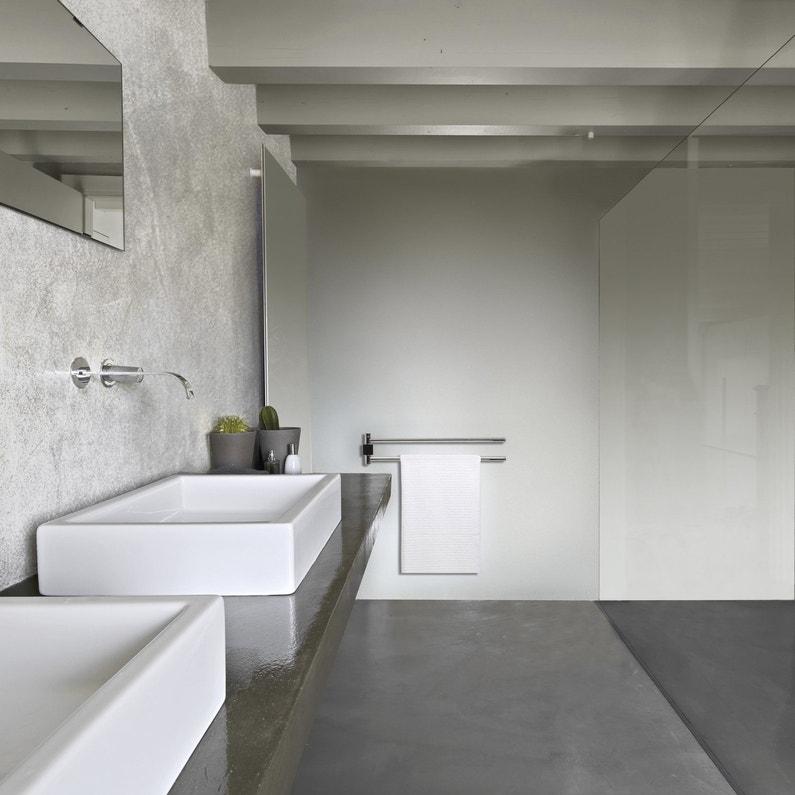 Une salle de bains grise toute en mati re for Restaurer une salle de bain